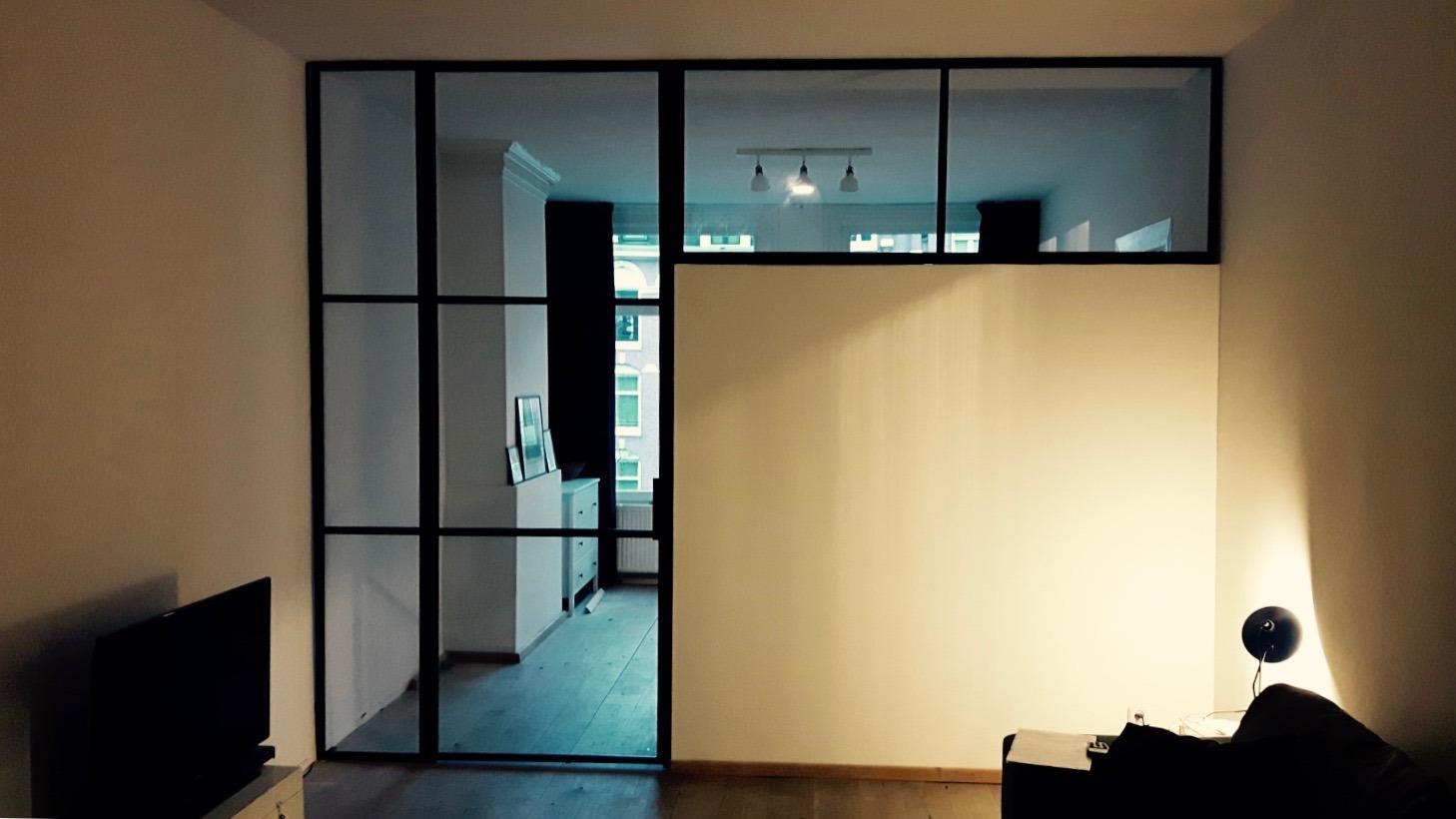 Room divider met stalen scharnierdeur en kozijnen te Amsterdam
