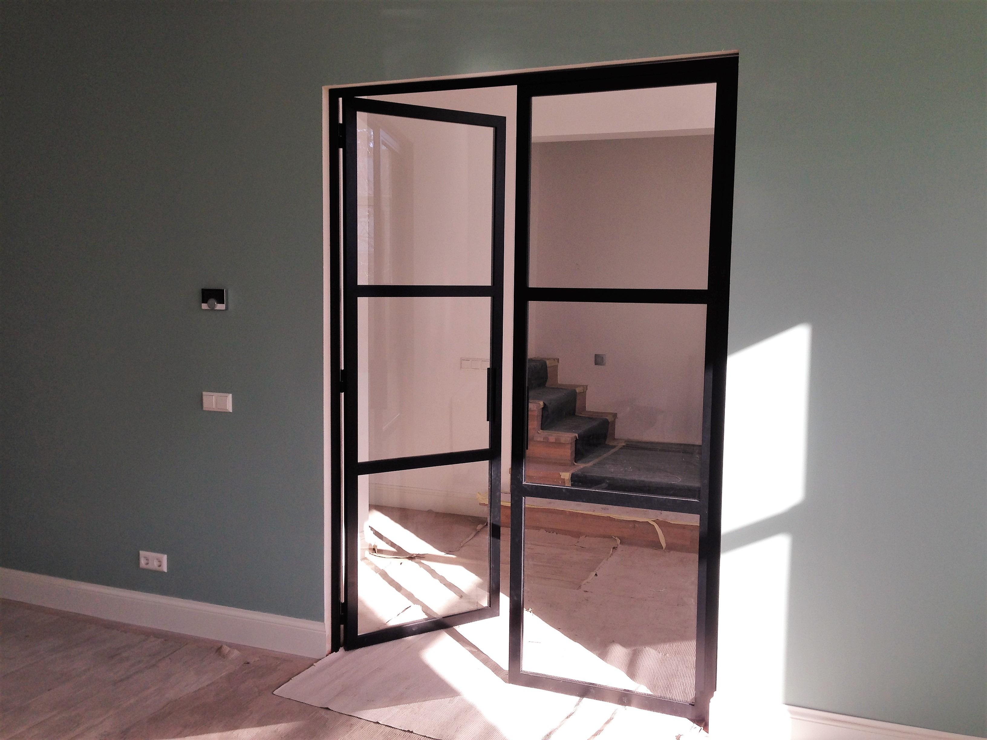 Voorbeeld van dubbele stalen deuren. Dubbele stalen scharnierdeuren met een 3 vlakkenverdeling