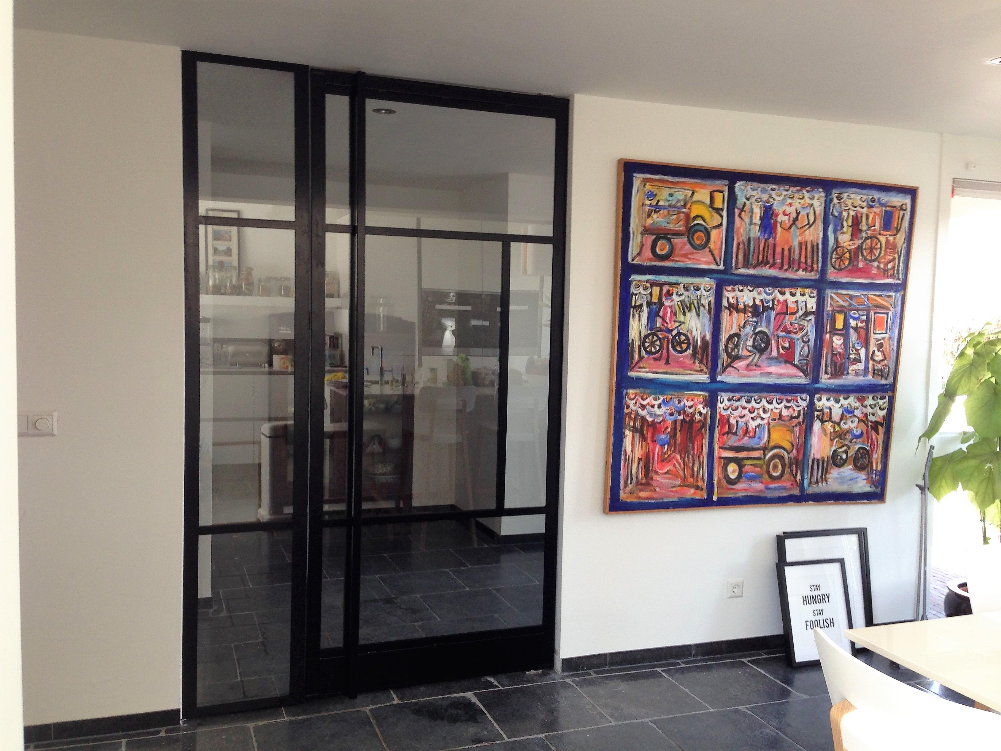 Voorbeeld van een stalen taastdeur met paneel en haakse greep over de gehele lengte. Geplaatst en gemonteerd in Rotterdam.