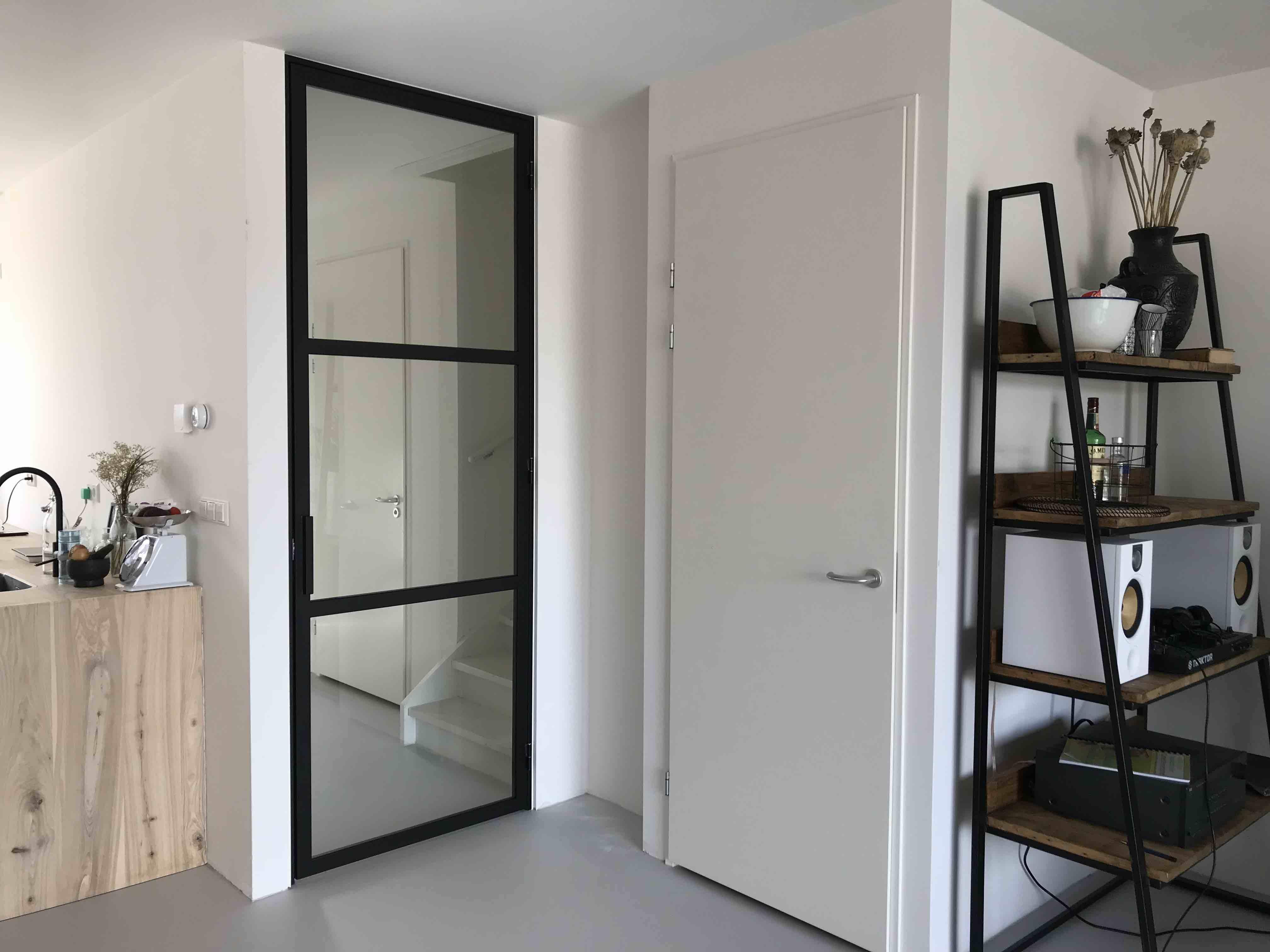 Stalen deur (scharnier) met 3 vakken en hoekgreep - Almere - Mijn Stalen Deur