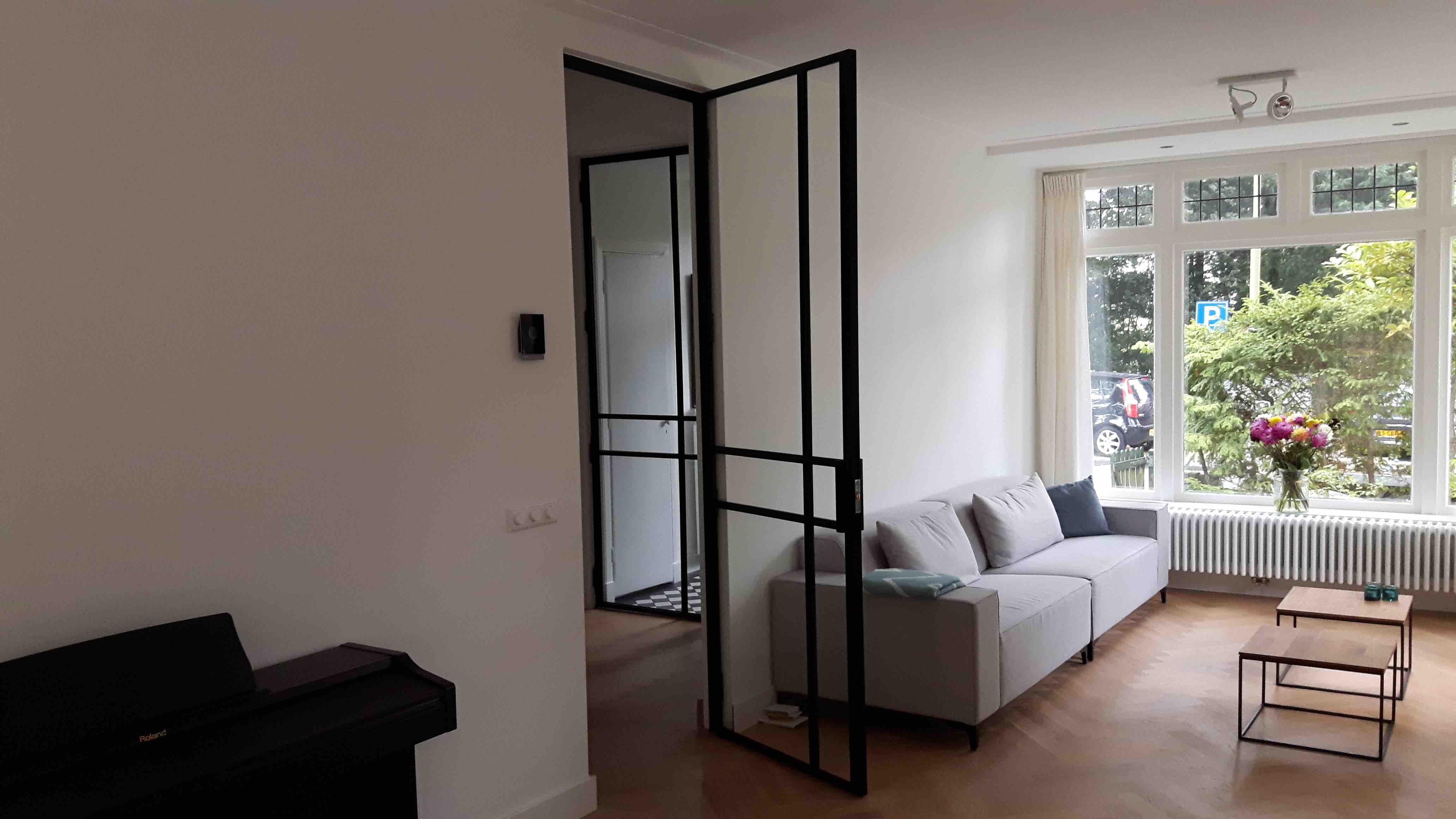 Scharnierdeur met een ongelijke 6 vlakken verdeling - Santpoort - Mijn Stalen Deur