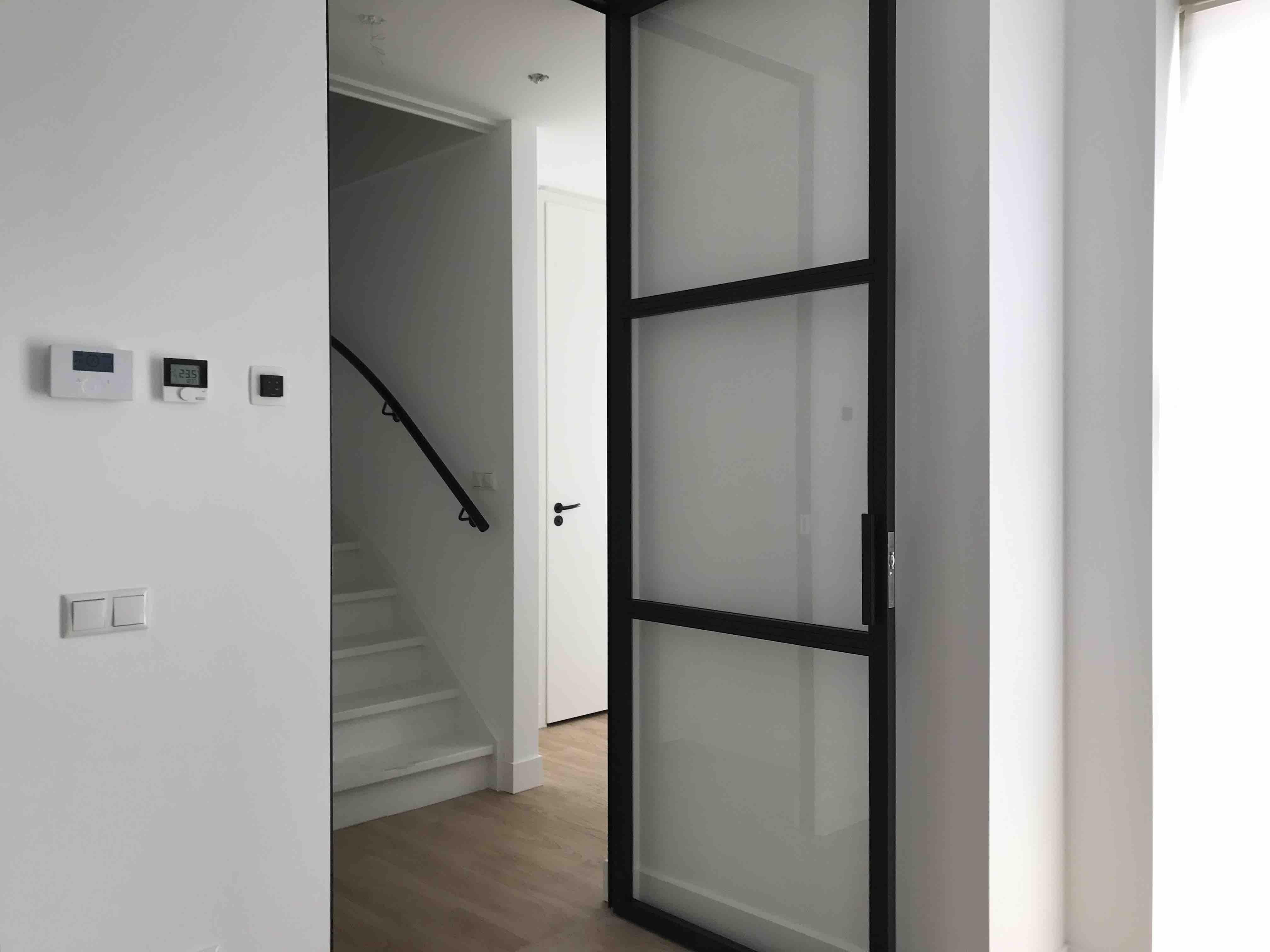 Stalen deur met 3 vakken en hoekgreep - Eindhoven - Mijn Stalen Deur